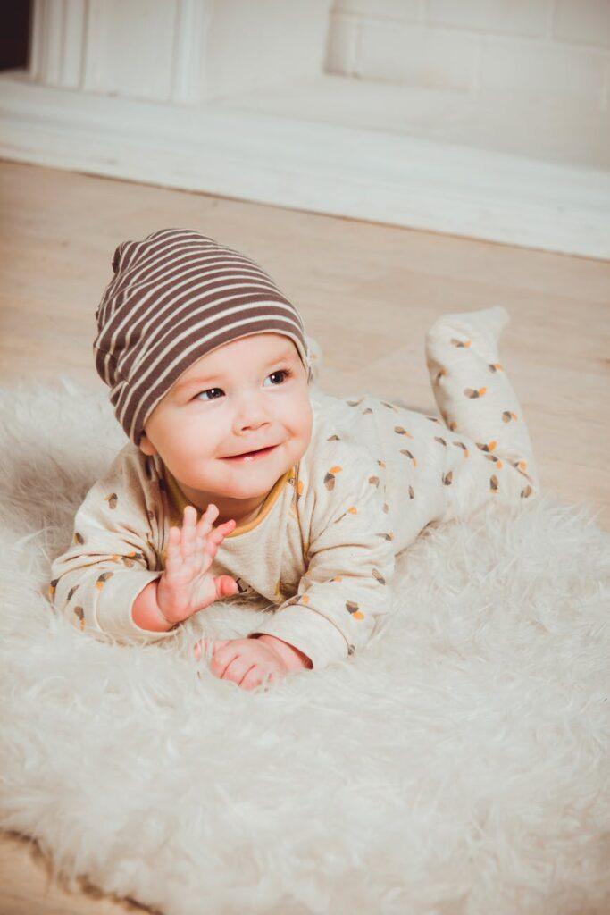Baby på gulvet