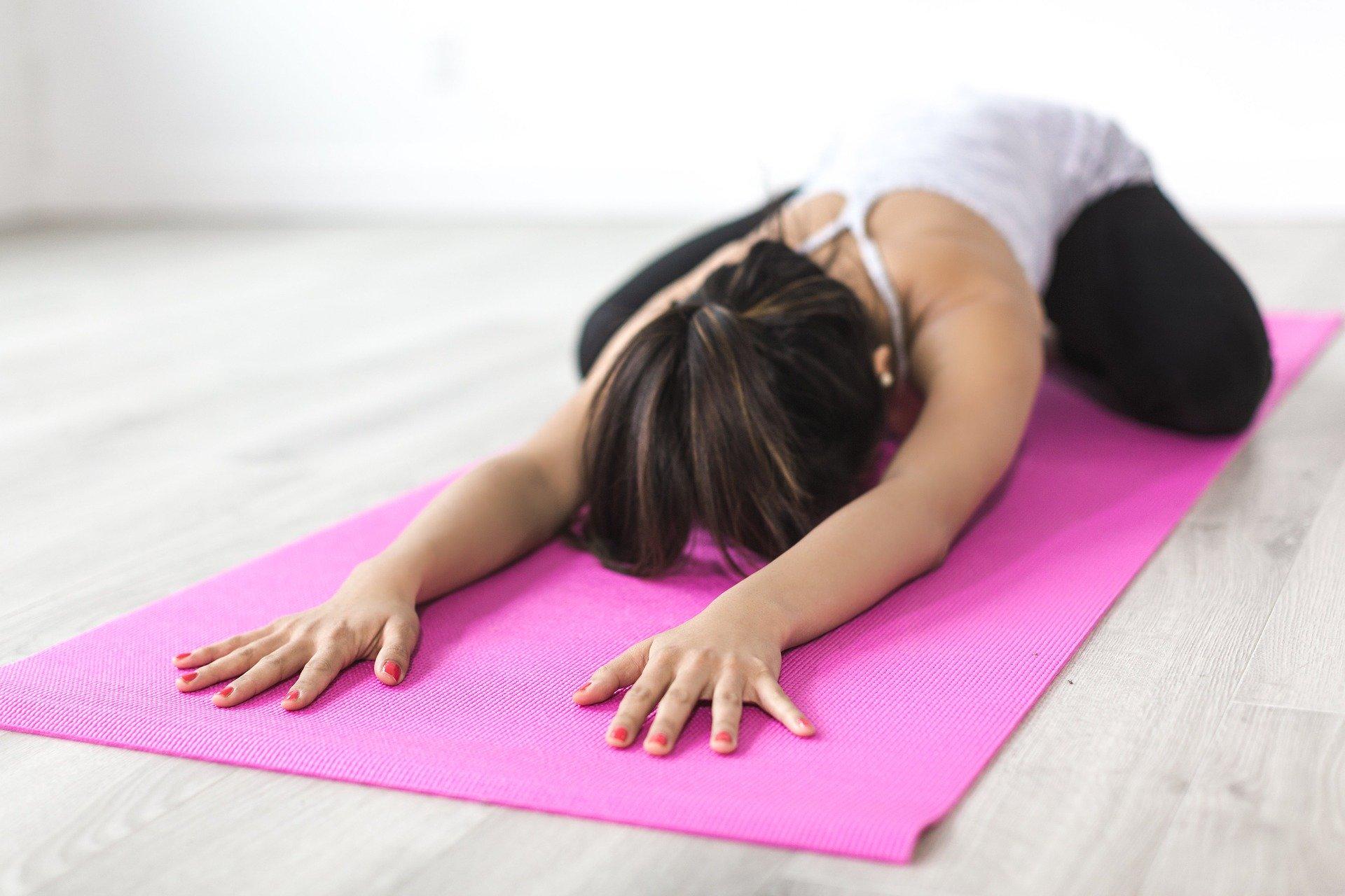 Kvinde dyrker yoga