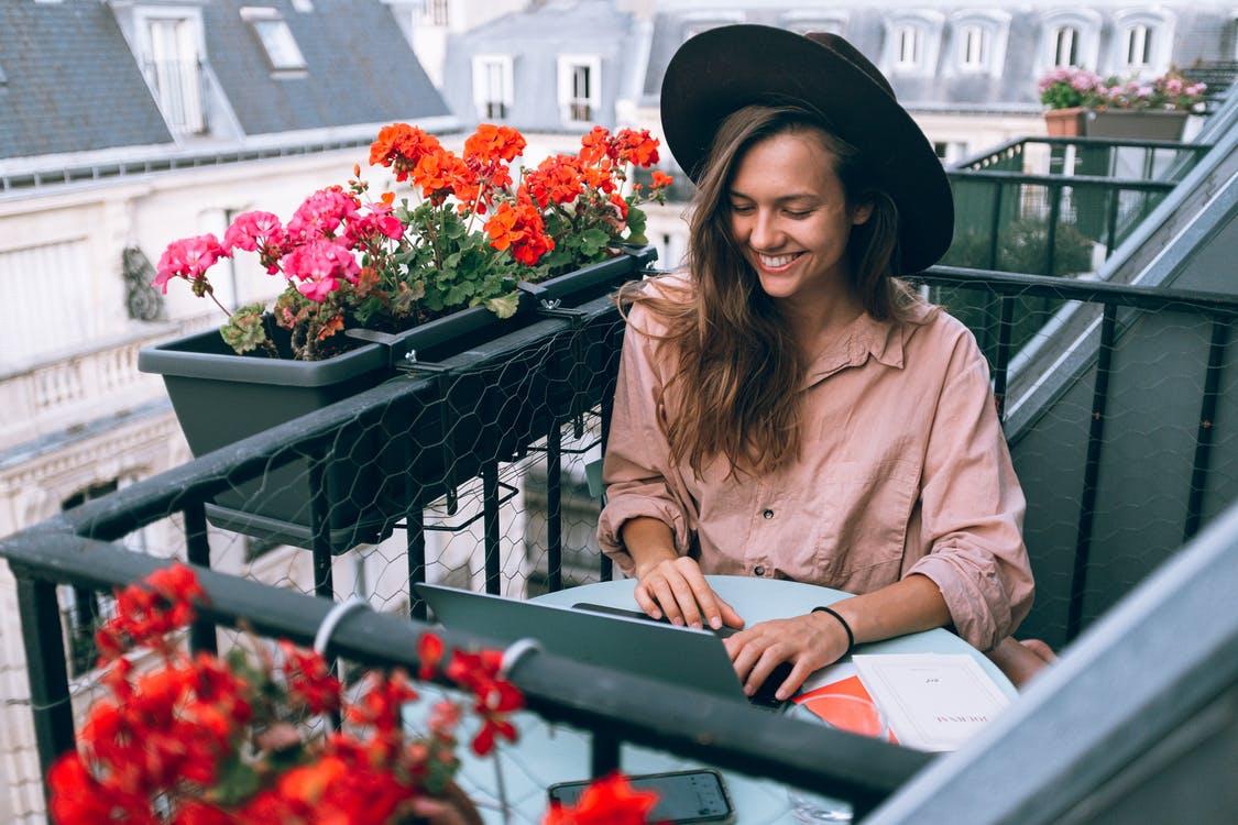 Kvinde arbejder udenfor