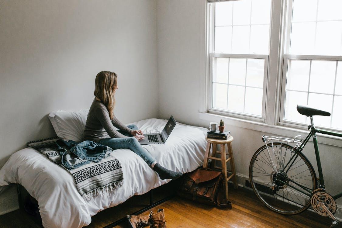 Kvinde arbejder i sengen